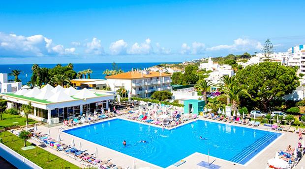 Albufeira, Clube Praia da Oura -  2, 3 ou 5 Noites para 2 Pessoas em Quarto Superior com Terraço e Vista Mar/Piscina!