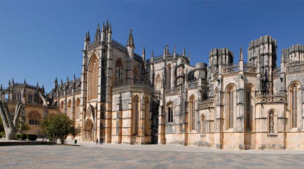 Descobrir Portugal em Hotel 4* -  1, 2 ou 3 Noites com Jantar, Entradas ns Grutas de Mira DAire ou Mosteiro da Batalha!