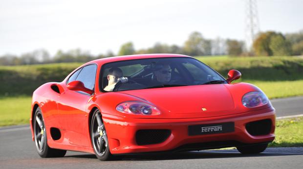 Presente de Sonho ao Volante de um Ferrari! 1, 2, 3, 4 ou 8 Voltas ao Autódromo de Braga!