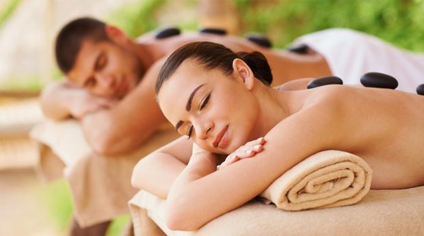 A Combinação Perfeita a Dois em Braga! Massagem de Pedras Quentes com Aromaterapia, Cromoterapia, Banho e Ritual de Chá!