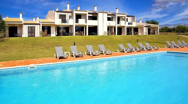 Algarve Pascoa Incluída -  Estadia de 7 Noites para 3 Pessoas nos Apartamentos Alto Fairways!