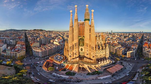 Barcelona -  2 Noites em Hotel 4* com Tour Pelo Bairro Gótico e Voos Incluídos!
