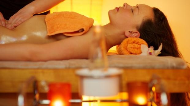 Massagem de Pedras Quentes ou Óleos Aromáticos  e Mini Facial para 1 ou 2 Pessoas em Gaia!