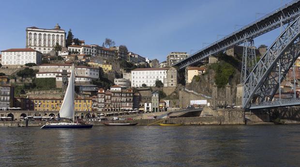 Passeio Romântico de Veleiro no Douro a 2 com Sushi ou Tapas e Espumante!