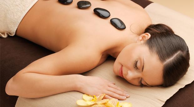 Pack de Massagem de Pedras Quentes com Manicure Completa em Guimarães!